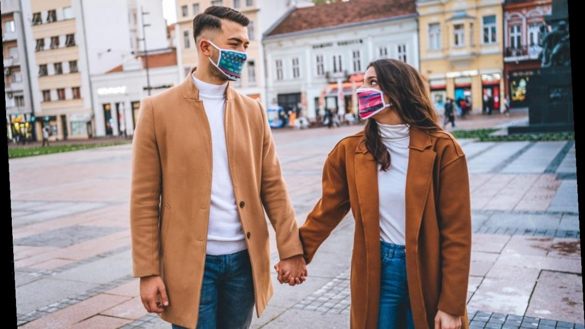 Dodging A First Kiss During A Pandemic Date Is Super Easy With This Strategy