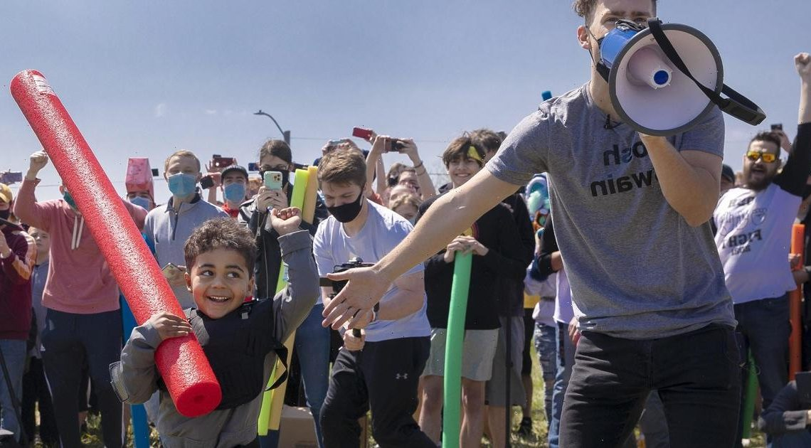 """Hundreds of people named Josh show up to Nebraska park to """"fight"""" for their name"""