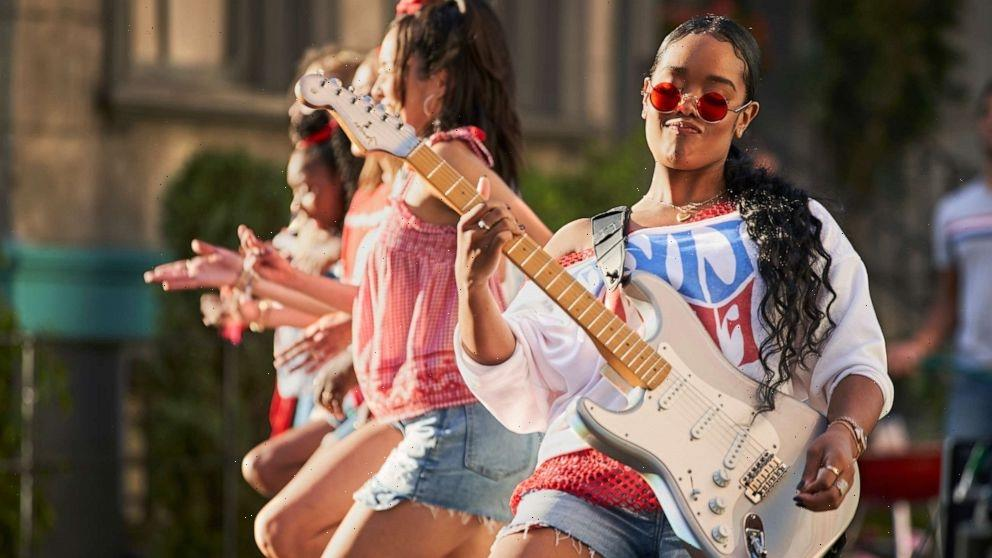 """H.E.R. performs George Michael's """"Freedom!"""" in Americana look from Old Navy"""