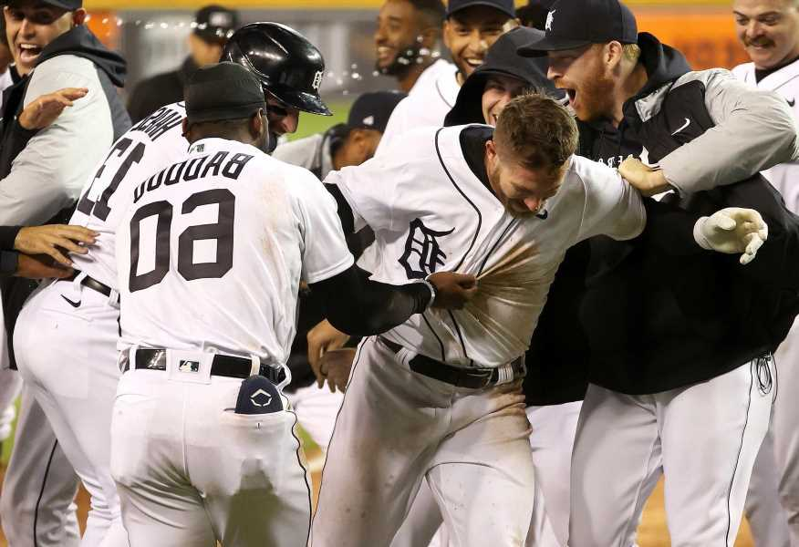 Yankees blow lead in 10th in crushing loss to Tigers