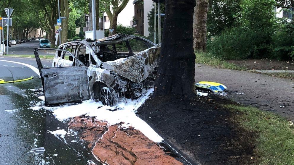 Students rescue German police from burning patrol car