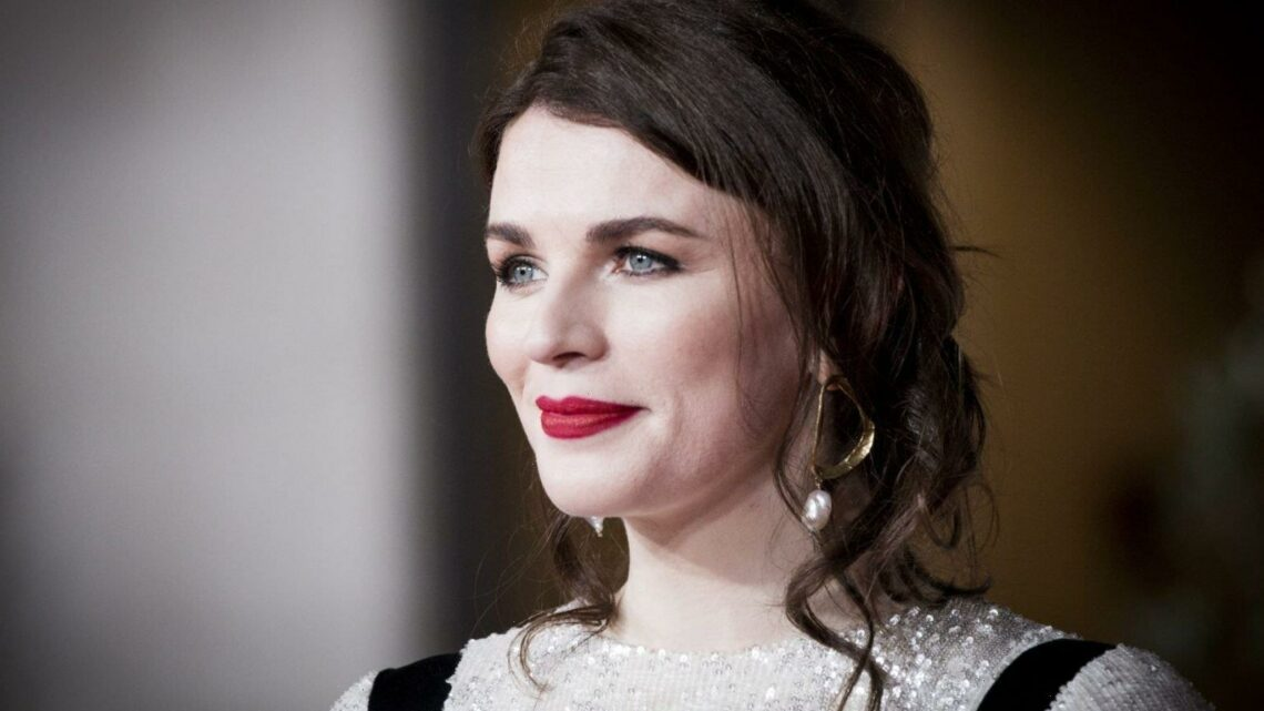 """Aisling Bea brilliantly turns sexist article about her """"gaping jumpsuit"""" on its head"""