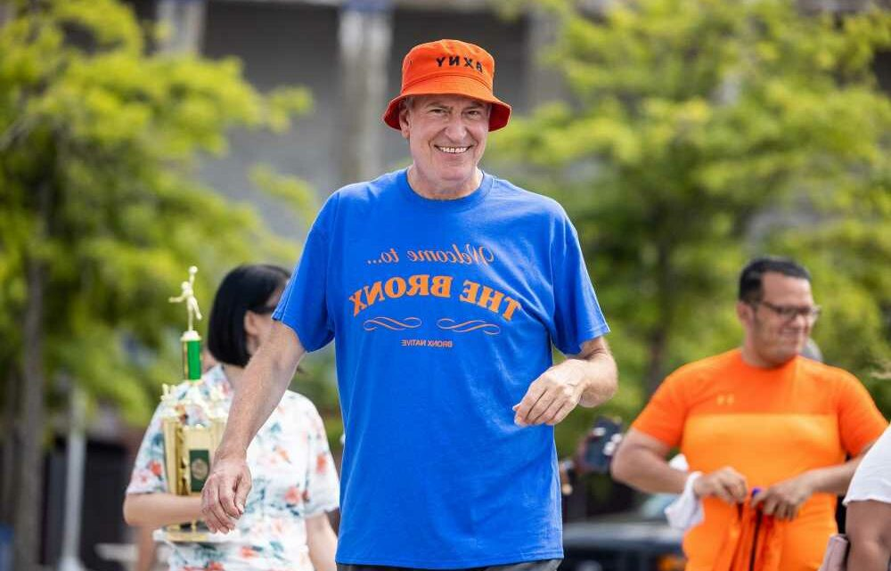 De Blasio looks like real beach bum in Gilligan hat for volleyball with reporters